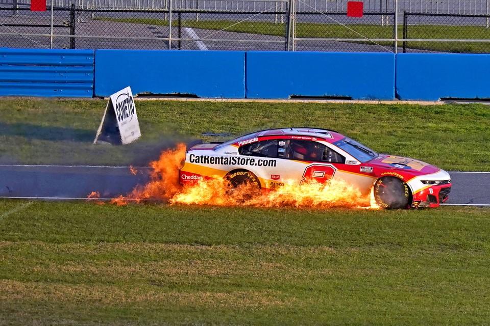 Автомобиль гонщика Тайлера Реддика загорелся во время NASCAR Cup 2021