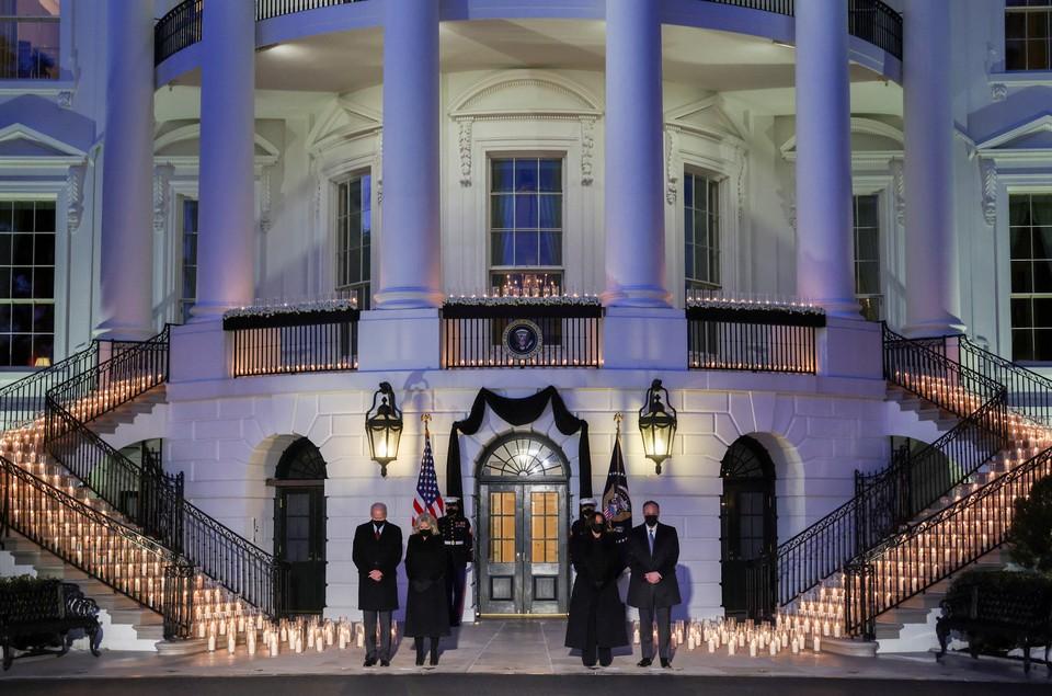 Президент США Джо Байден почтил память пятисот тысяч американцев, ставших жертвами коронавируса.