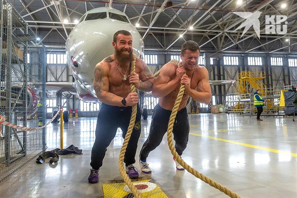 В Пулково российские силачи-экстремалы Денис Вовк и Артём Тарасов установили новый мировой рекорд, сдвинув с места 40-тонный пассажирский лайнер.