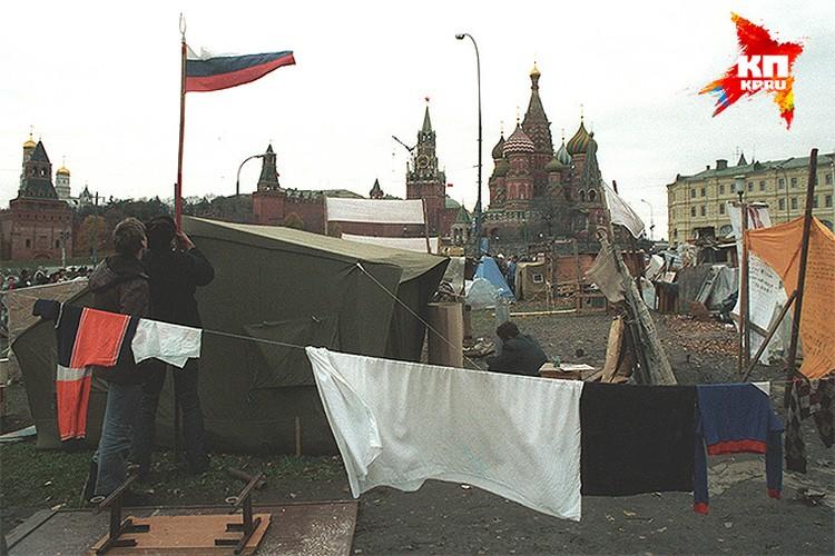 Тоже 90-е. Палаточный лагерь у стен Кремля в Москве.