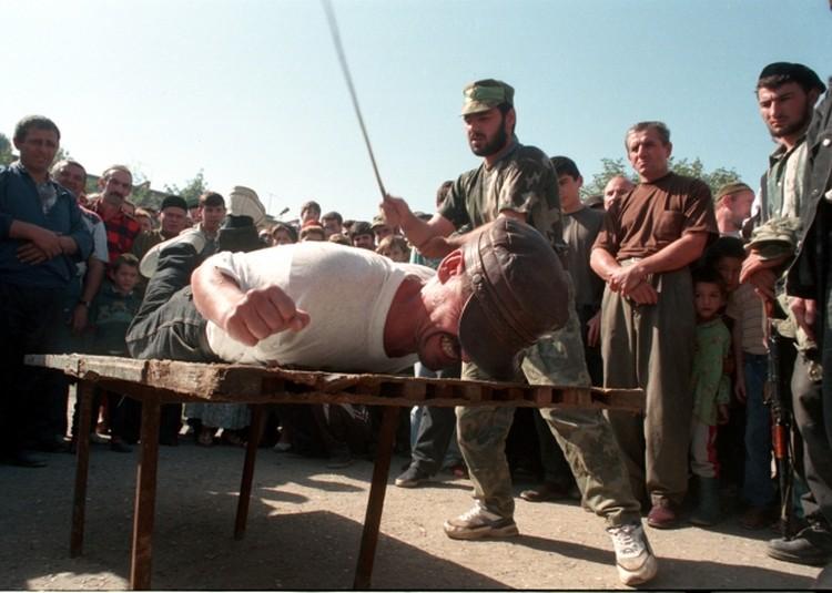 Чечня, Грозный, 1997 г. Наказание шариатского суда.