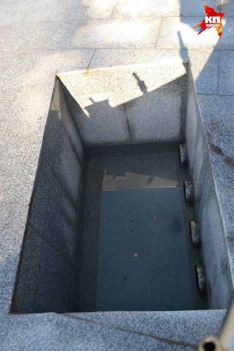 Глубина ямы - 70 сантиметров. Если бы решетка, все бы обошлось. А так у мальчика не оставалось шансов.