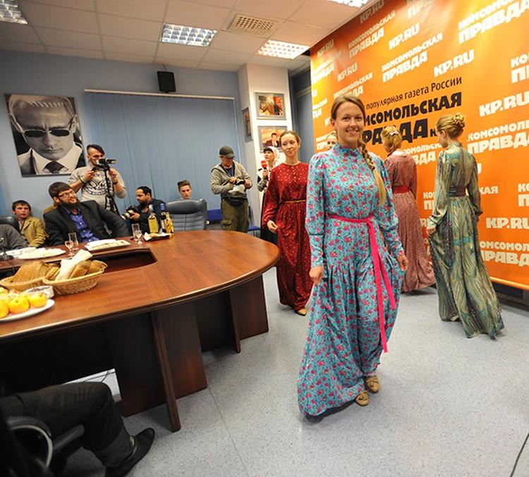 подавали угощения фотомодели, разодетые в русские наряды
