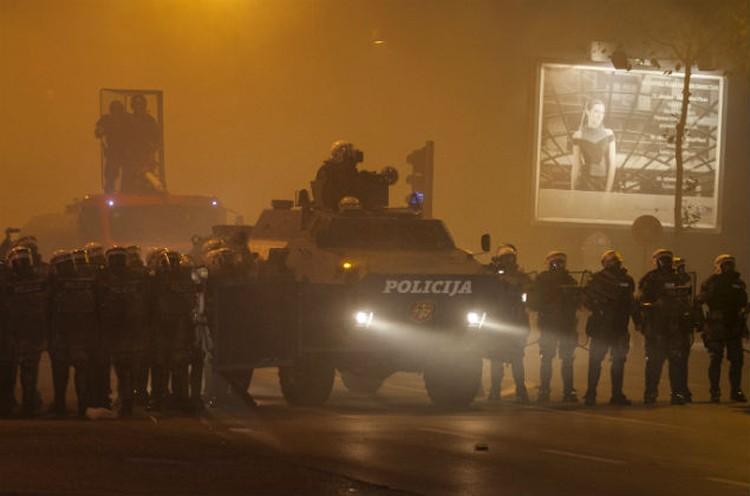 Полиция применила слезоточивый газ для разгона тысяч демонстрантов в столице страны Подгорице.