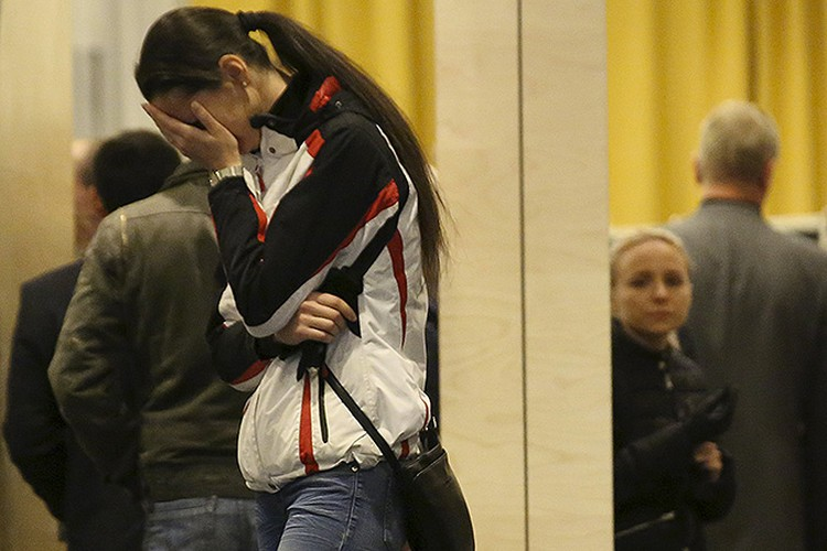 """Родные и близкие жертв трагедии в аэропорту """"Пулково"""", куда должен был прибыть рейс. Фото: EASTNEWS"""