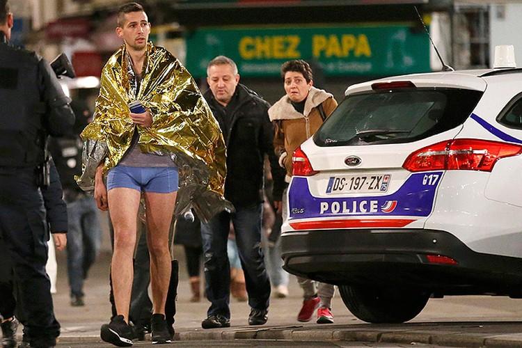 На время спецоперации местных жителей попросили срочно покинуть свои квартиры. Кое-кто выбежал на улицу, не удосужившись накинуть что-то из одежды.