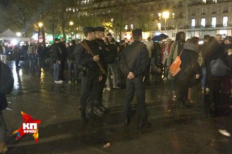 Французские стражи правопорядка охраняют Площадь Республики.