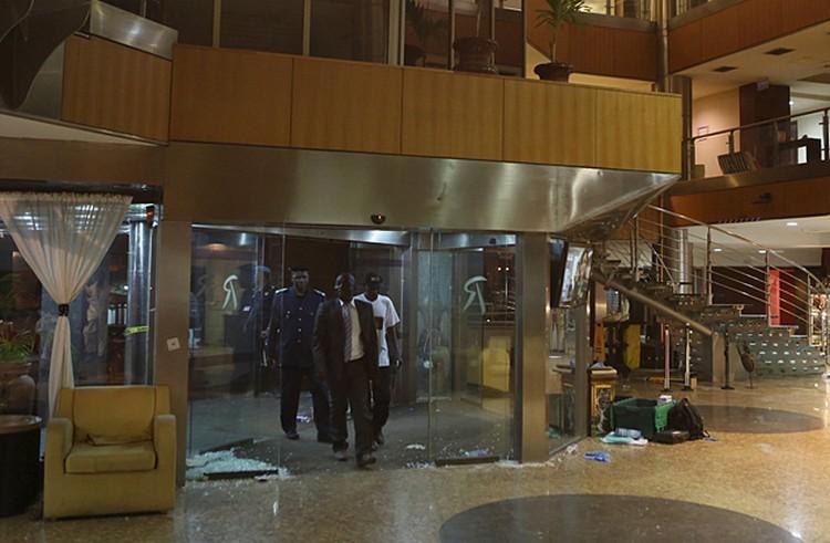 Часть постояльцев и персонал гостиницы, услышав выстрелы, успели покинуть здание