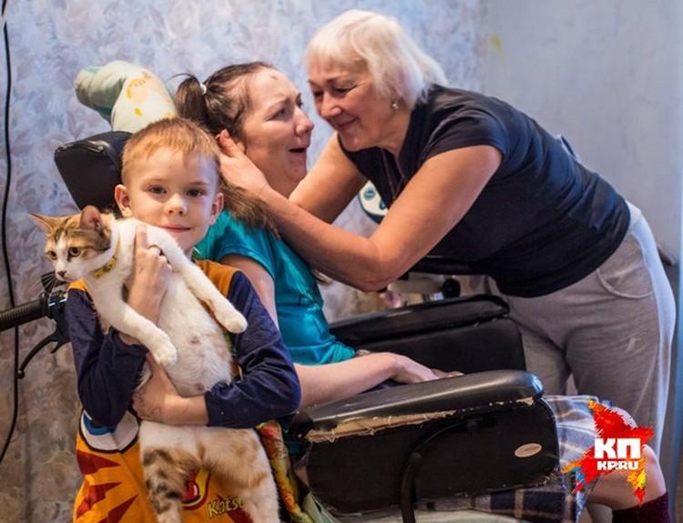 Мама и сынишка Ирины Банниковой не теряют надежды на ее выздоровление.