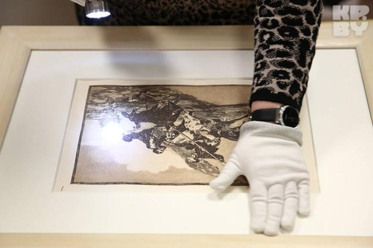 В первый день сотрудники Национального художественного музея распаковывали работы, во второй - вешали.