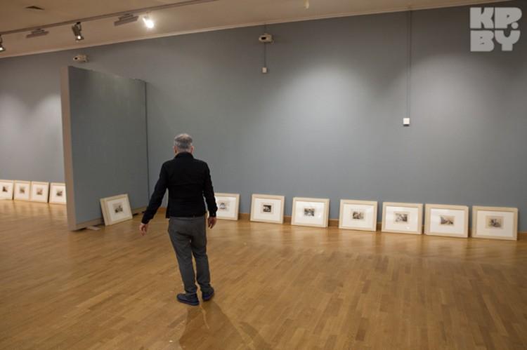 Хуан Бордес лично следит за монтажом выставки.