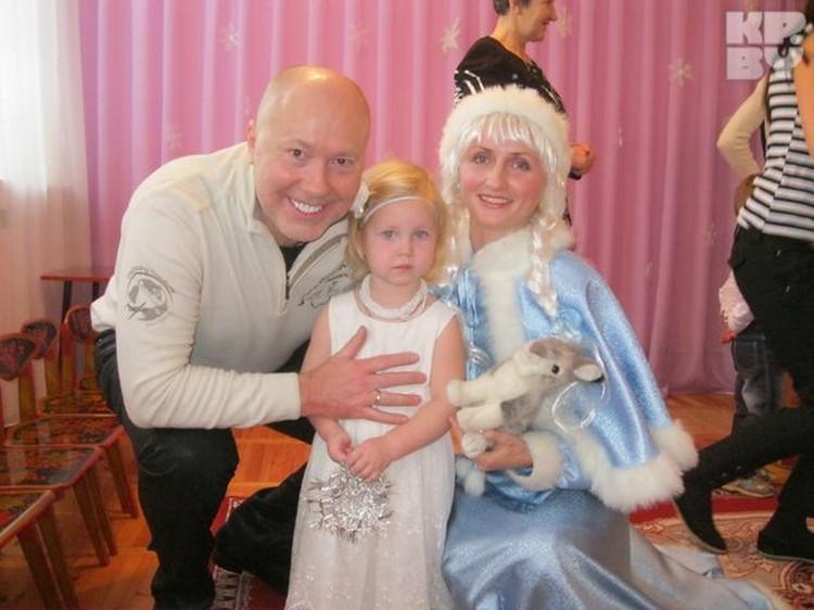 Для своей жены и дочки Александр Солодуха - главный Дед Мороз! Фото: личный архив.