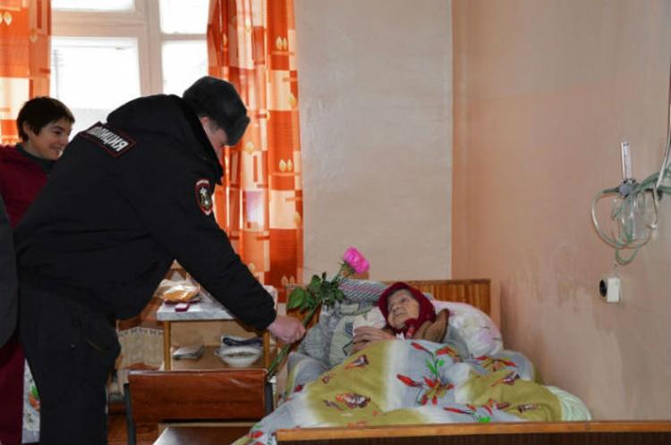 Полицейские пришли поздравить бабушку в больницу.