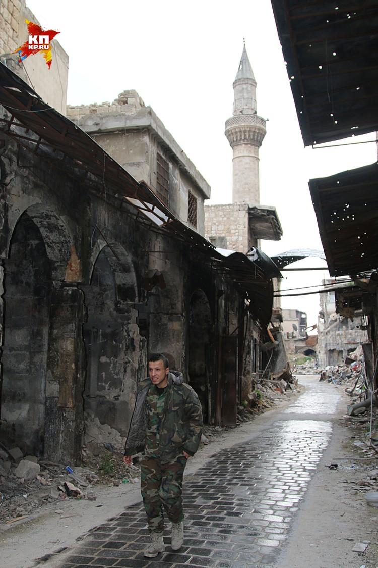 Одни западные организации помогали сирийскому правительству бережно вписать древние кварталы в современный мегаполис, другие помогали тем, кто устроил в этом музее под открытым небом кровавую современную войну с артиллерией