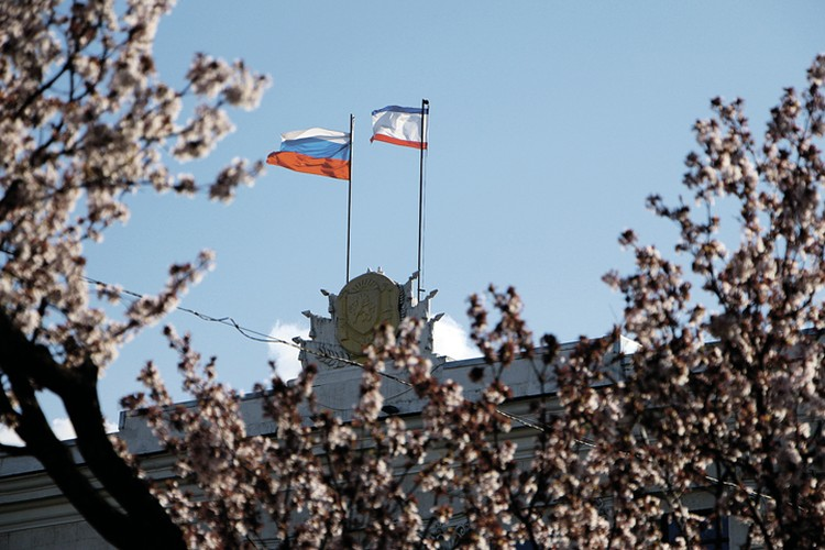 Утром 27 февраля 2014 года государственные флаги Крыма иРоссии появились рядом наздании Верховного совета республики.