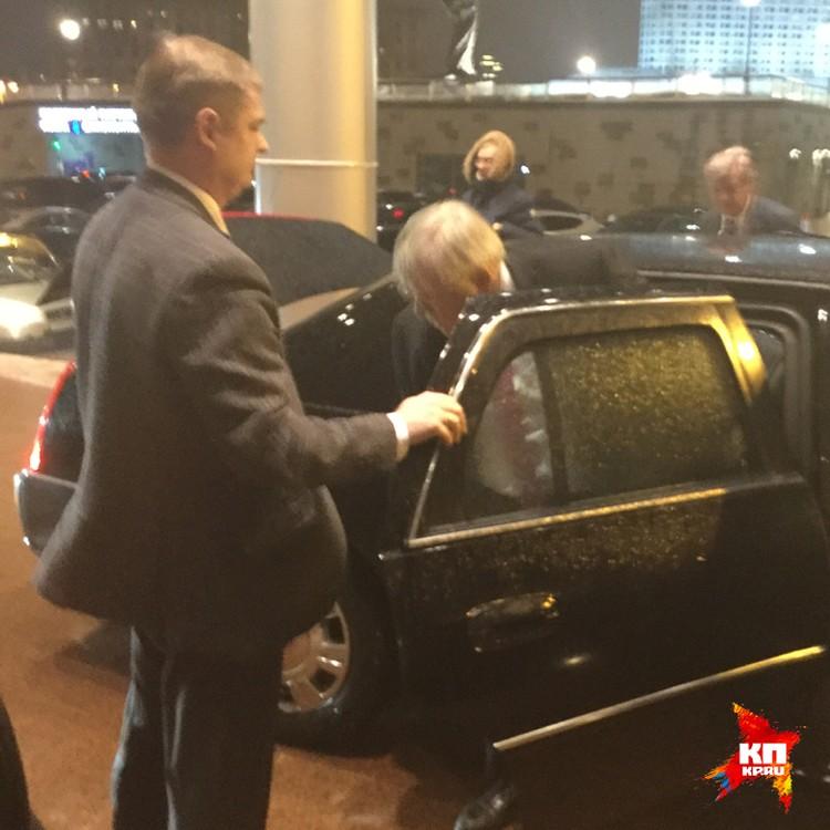 Посол США Джон Теффт прибыл на дипломатическом лимузине
