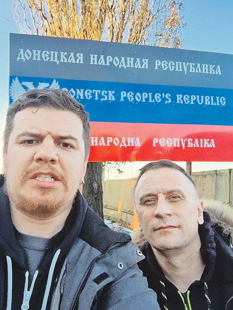 На границе.  Фотокор Виктор Гусейнов (слева)  и спецкор Владимир Ворсобин въезжают в неизвестное.