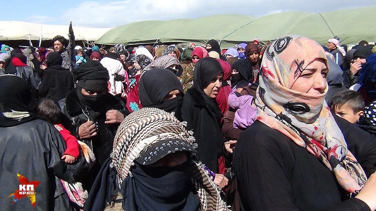 Поле на окраине Айн Эльбета заполнили сотни людей