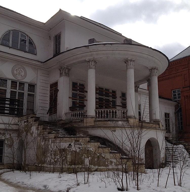 Вот так сейчас выглядит усадьба Покровское-Стрешнево - грубо заколоченные окна, двери, облупившийся фасад. Фото: Наталья Варсегова