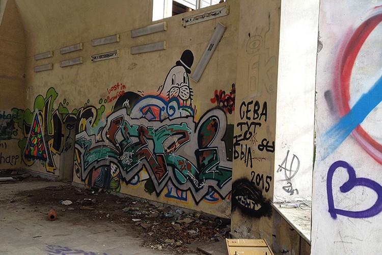 ...теперь её украшают лишь хулиганские росписи на стенах. Фото: Наталья Варсегова