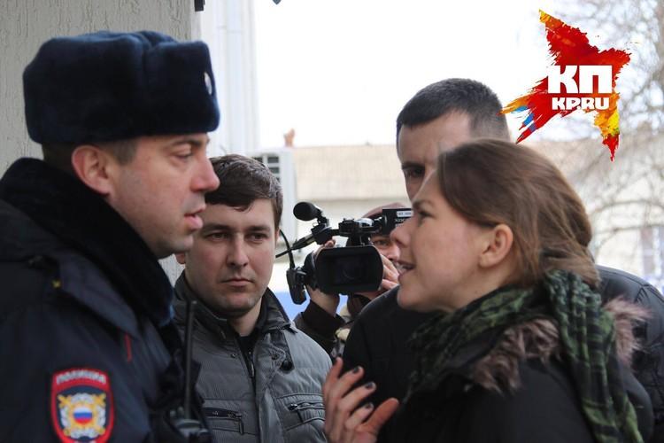 На входе в здание суда скандалила сестра Надежды Савченко Вера, с пафосным апломбом требуя, чтобы все украинские каналы безоговорочно были запущены в зал заседаний немедленно и без очереди