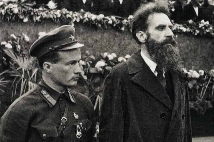 Николай Каманин слева.  Фото из открытого источника на сайте Википедия.