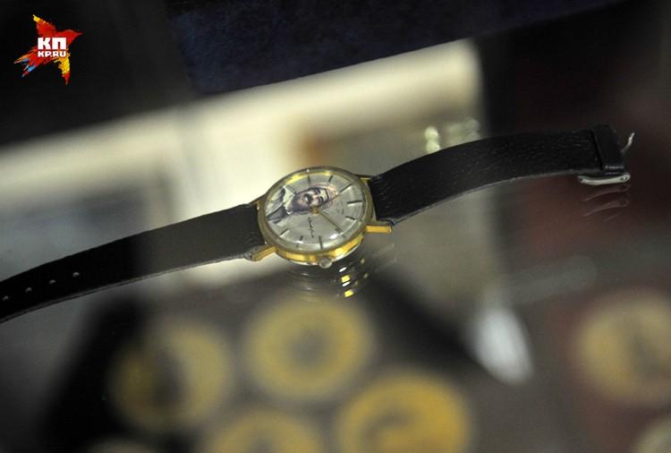 Часы с портретом Саддама Хусейна на циферблате