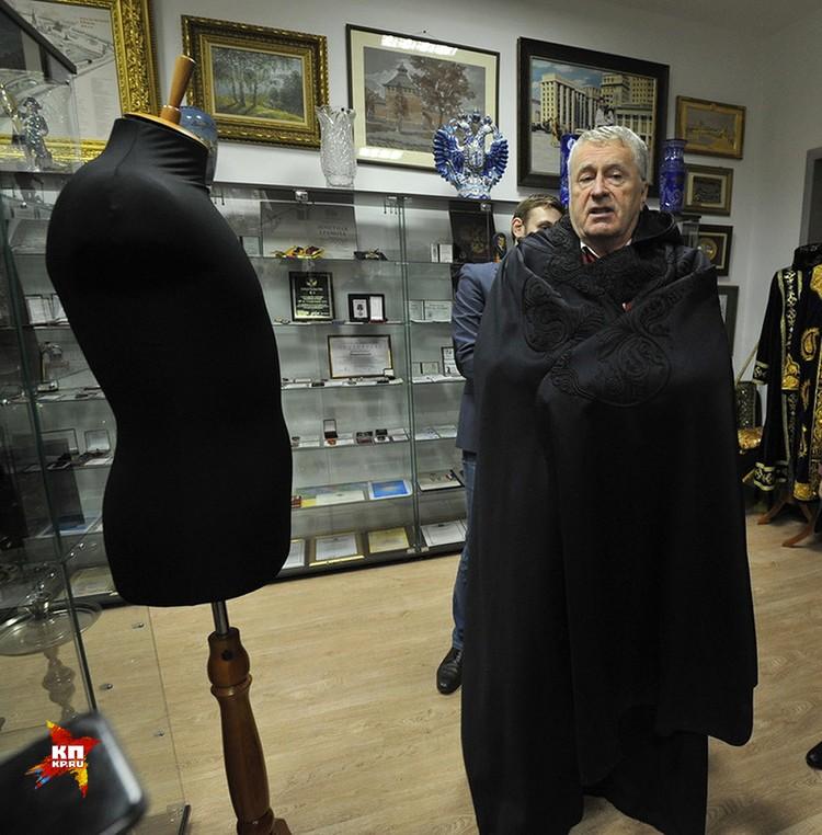 А вот и главный экспонат, о котором столь наслышаны, - черная расшитая накидка в пол от самого Муамара Каддафи! Прямо с плеча