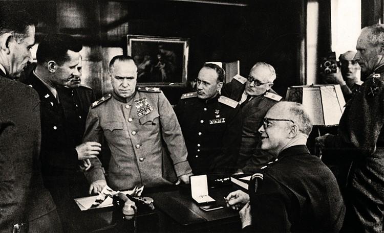 10 июня 1945 года. Франкфурт. После вручения Д. Эйзенхауэру ордена «Победа». Слева направо: переводчик О. Пантюхов, Г. К. Жуков, И. А. Серов, А. Я. Вышинский, Д. Эйзенхауэр.