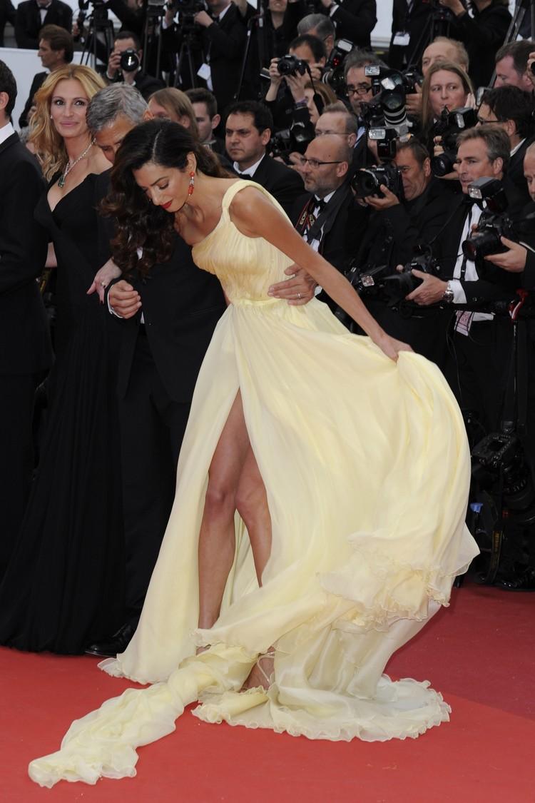 Супруга актера тщетно пыталась высвободиться, мелькая в разрезе платья оголенными коленками.