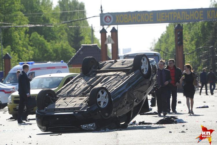 В результате драки повреждены оказались и припаркованные рядом автомобили москвичей