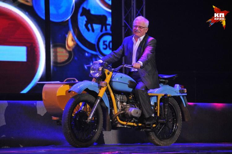 Никоненко выехал на сцену, где проходило торжество ... прямо на мотоцикле!