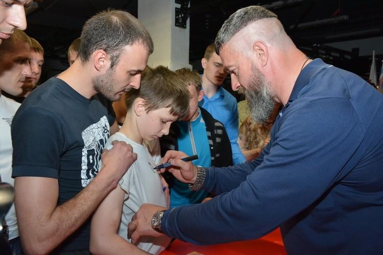 Мальчишки были счастливы получить автографы от силача.