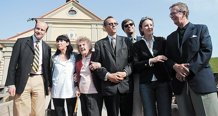 В 2009 году Радзивиллы приезжали в Несвиж. На фото крайний слева - Матей Радзивилл. Эльжбета - в центре. Справа от нее Николай Радзивилл. Крайний справа - Аба Радзивилл.