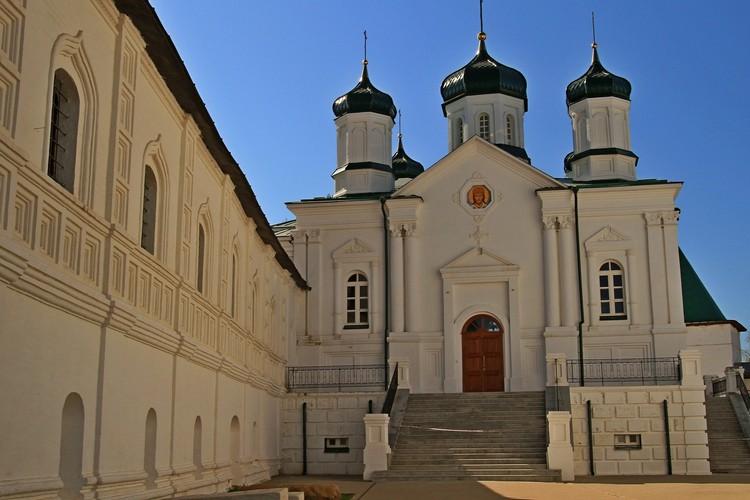 Строгий и классический Ипатьевский монастырь словно сошел с учебника о древнерусской архитектуре или старинной гравюры. Недаром сюда приезжал даже Александр Дюма!