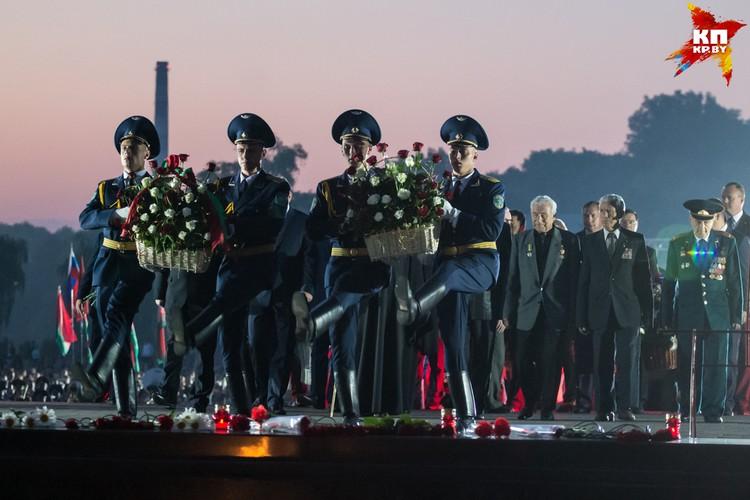 Все официальные делегации возложили к вечному огню венки.