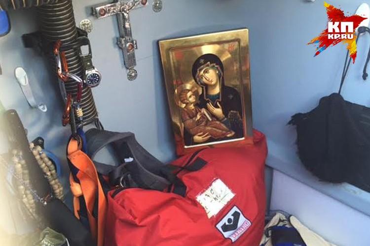 Редкие минуты покоя путешественника будет охранять Пресвятая Богоматерь. Эту икону протоиерею Фёдору Конюхову привезли с Афона.