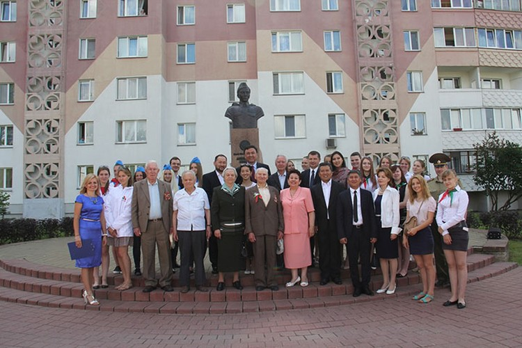 Участники «Агитбригады» в окружении друзей из Беларуси у памятника Герою Советского Союза Жумашу Асаналиеву.