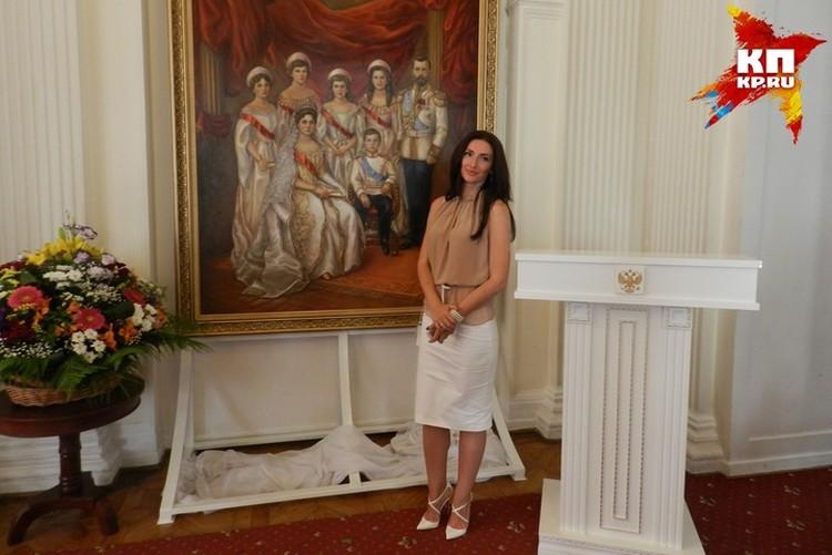 По просьбе прокурора Крыма портрет Романовых написала художница Оксана Кайро