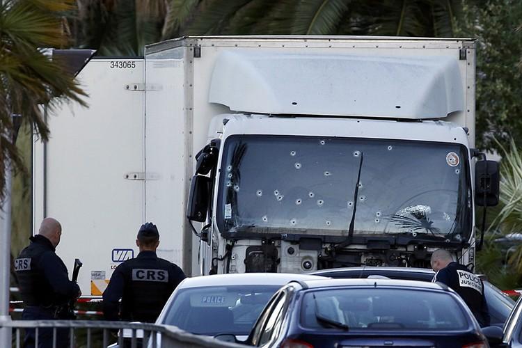 В эту страшную ночь в Ницце, когда грузовик таранил прогуливающихся по набережной людей, под колесами оказались и две россиянки