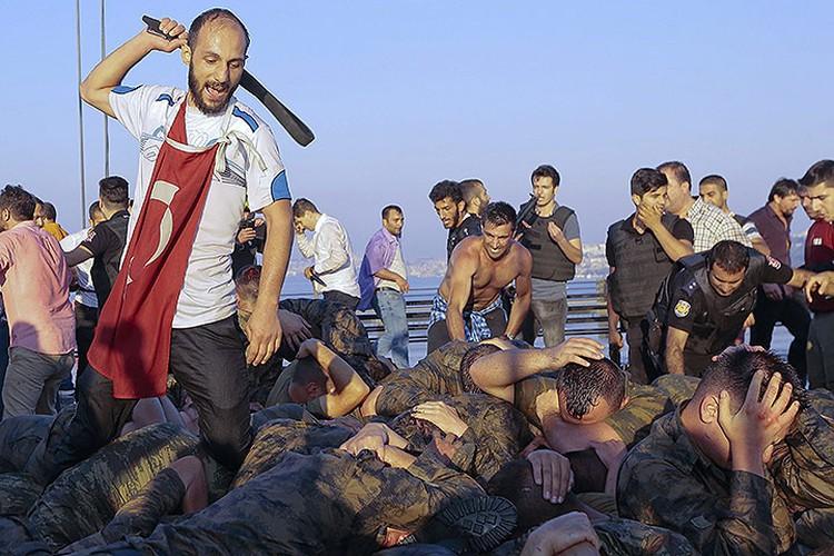 Сдавшихся солдат, занимавших мост через Босфор исхлестали ремнями.