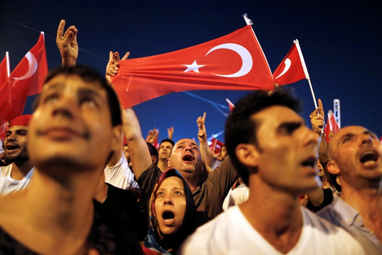 Сторонники Эрдогана на площади Таксим в Стамбуле