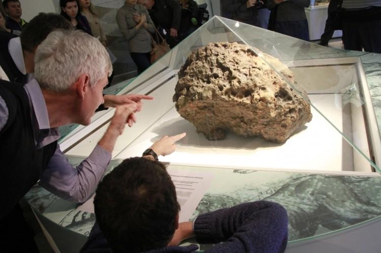 Метеорит покоится в Челябинском областном краеведческом музее, и посмотреть на него может каждый