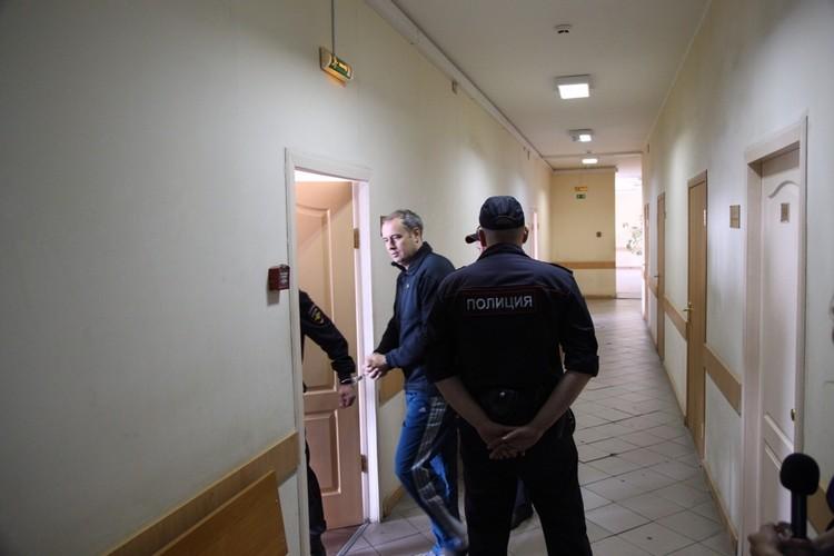 Когда Истомина привезли в суд, он выглядел немного растерянным