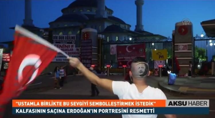 Помощник парикмахера стал звездой турецких СМИ благодаря своей необычной прическе. Фото: стоп-кадр