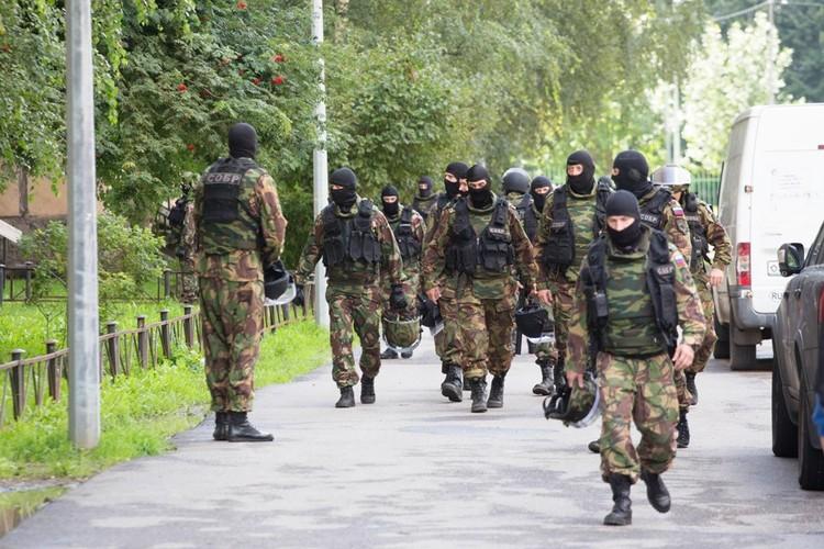 По рассказам очевидцев, в операции было задействовано около 80 бойцов.