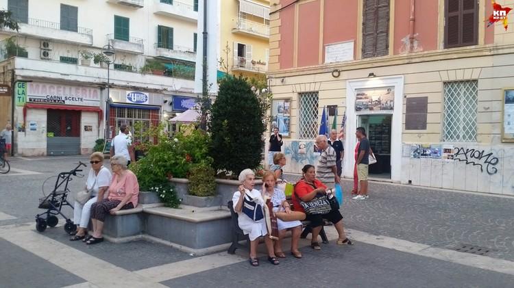 Итальянские дедушки и бабушки любят по вечерам выйти на улицу и обсудить последние новости.