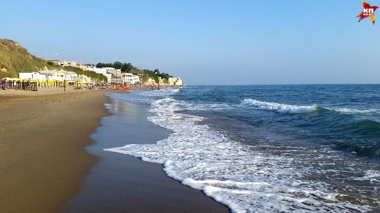 На пляжах в Анцио загорают почти одни итальянцы, туристов мало.