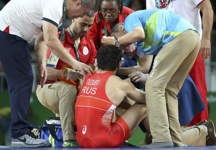 Гедуев получил травму еще в полуфинальной схватке и вышел на решающий поединок с повреждением.