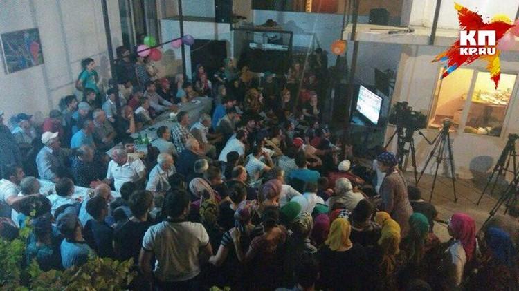 Вся семья Садулаевых - больше 50 человек! - болела за Абдулрашида перед телевизором.